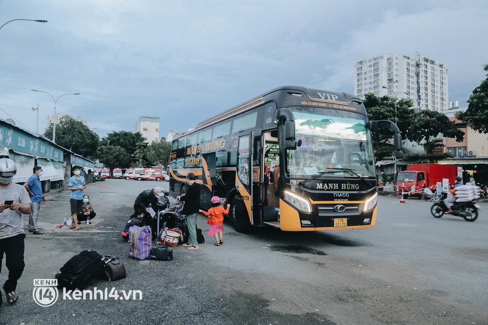 Được lên xe giường nằm trở về quê sau 4 tháng Sài Gòn giãn cách, nhiều khách háo hức cười tít mắt! - Ảnh 2.