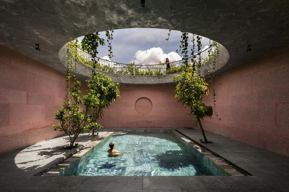Ngôi nhà màu hồng của 2 chị em An Giang: Thiết kế hồ bơi như nối liền với bầu trời, góc nào cũng ảo diệu với nắng và cây - Ảnh 2.