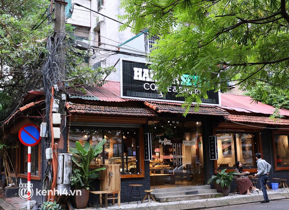 Ảnh: Sau bát phở nóng hổi, người Hà Nội thảnh thơi nhâm nhi cà phê, ngắm nhìn Thủ đô đang mùa đẹp nhất - Ảnh 3.