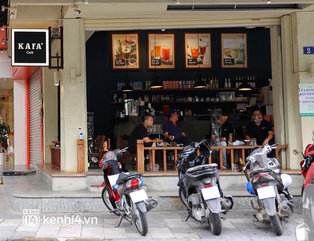 Ảnh: Sau bát phở nóng hổi, người Hà Nội thảnh thơi nhâm nhi cà phê, ngắm nhìn Thủ đô đang mùa đẹp nhất - Ảnh 2.