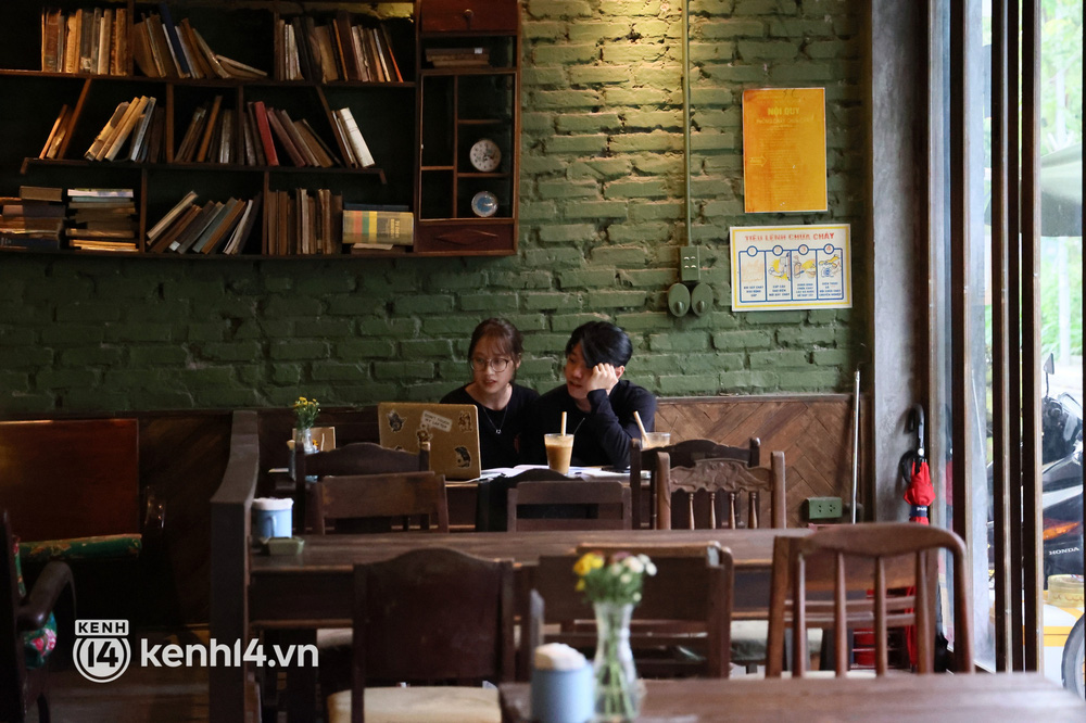 Ảnh: Sau bát phở nóng hổi, người Hà Nội thảnh thơi nhâm nhi cà phê, ngắm nhìn Thủ đô đang mùa đẹp nhất - Ảnh 7.