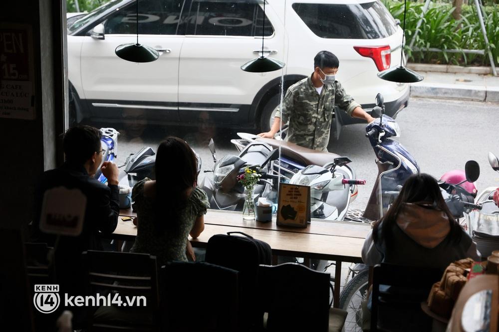 Ảnh: Sau bát phở nóng hổi, người Hà Nội thảnh thơi nhâm nhi cà phê, ngắm nhìn Thủ đô đang mùa đẹp nhất - Ảnh 8.