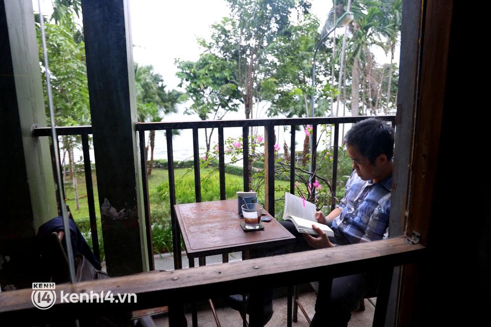 Ảnh: Sau bát phở nóng hổi, người Hà Nội thảnh thơi nhâm nhi cà phê, ngắm nhìn Thủ đô đang mùa đẹp nhất - Ảnh 10.