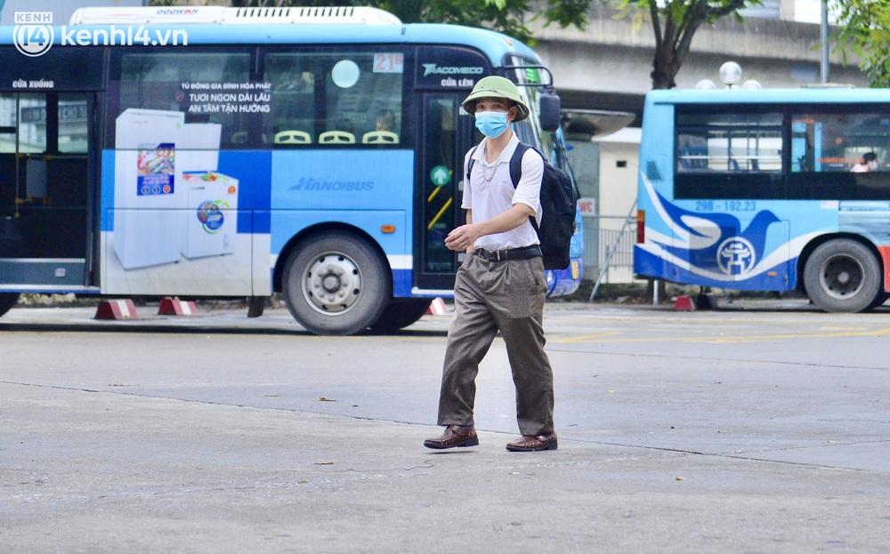 Hà Nội ngày đầu nối lại vận tải liên tỉnh: Cả bến xe chỉ có duy nhất 1 chuyến, nhiều người dân thất vọng phải quay về - Ảnh 9.