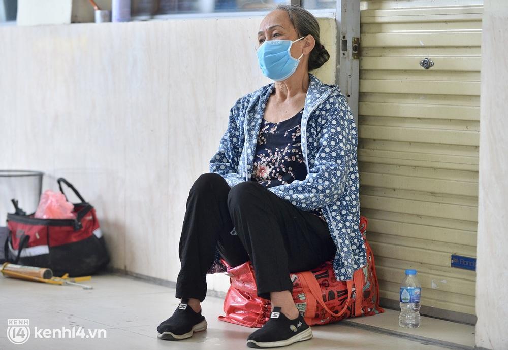 Hà Nội ngày đầu nối lại vận tải liên tỉnh: Cả bến xe chỉ có duy nhất 1 chuyến, nhiều người dân thất vọng phải quay về - Ảnh 7.