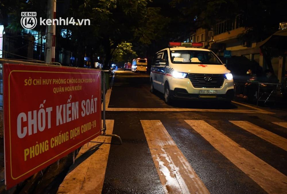 Ảnh: Hàng trăm lượt xe xuyên đêm đưa hơn 1.000 người rời Bệnh viện Việt Đức để giải toả và làm sạch BV - Ảnh 3.
