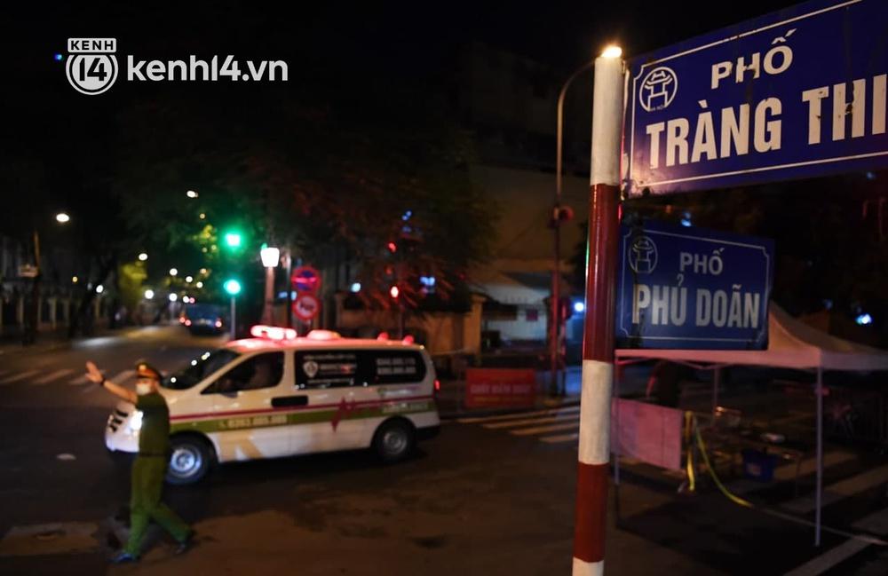 Ảnh: Hàng trăm lượt xe xuyên đêm đưa hơn 1.000 người rời Bệnh viện Việt Đức để giải toả và làm sạch BV - Ảnh 1.