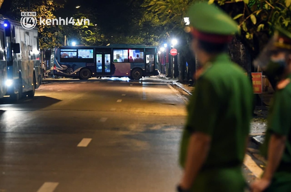 Ảnh: Hàng trăm lượt xe xuyên đêm đưa hơn 1.000 người rời Bệnh viện Việt Đức để giải toả và làm sạch BV - Ảnh 5.