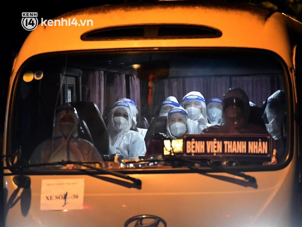 Ảnh: Hàng trăm lượt xe xuyên đêm đưa hơn 1.000 người rời Bệnh viện Việt Đức để giải toả và làm sạch BV - Ảnh 4.