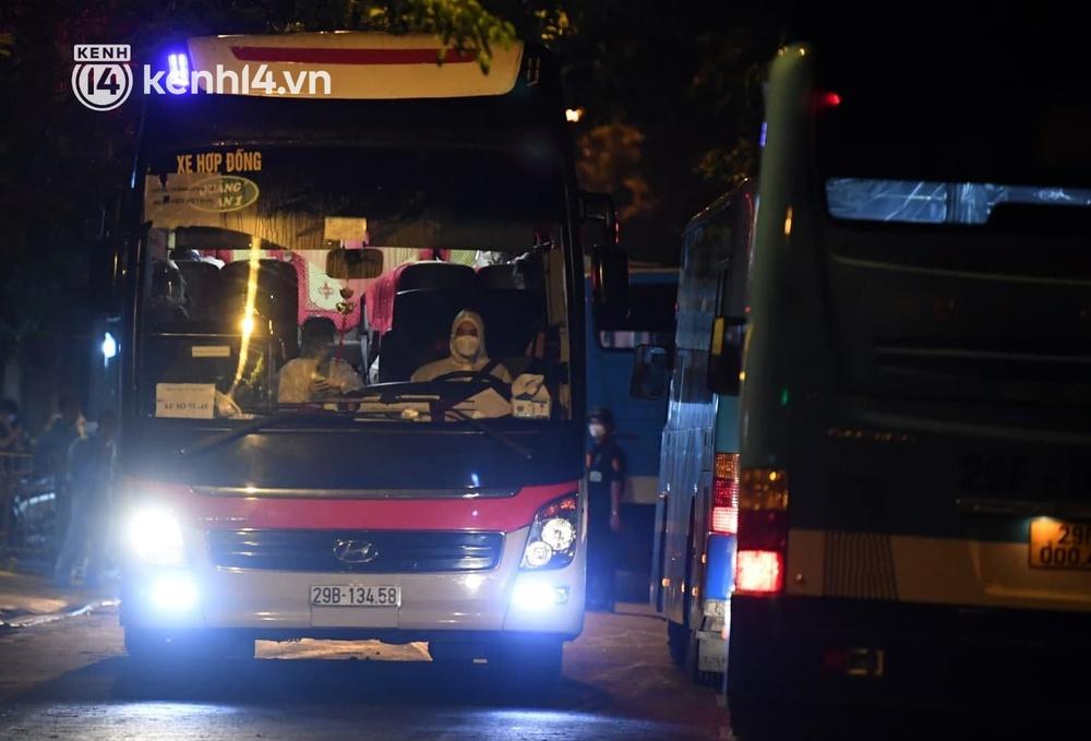 Ảnh: Hàng trăm lượt xe xuyên đêm đưa hơn 1.000 người rời Bệnh viện Việt Đức để giải toả và làm sạch BV - Ảnh 2.