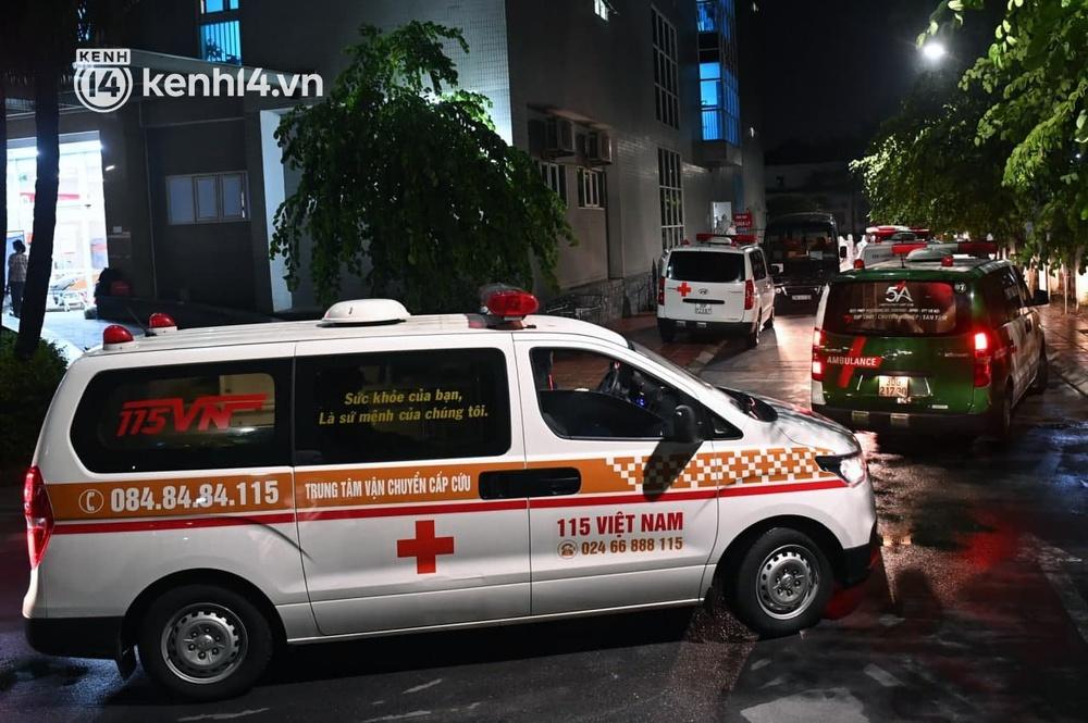 Ảnh: Hàng trăm lượt xe xuyên đêm đưa hơn 1.000 người rời Bệnh viện Việt Đức để giải toả và làm sạch BV - Ảnh 8.