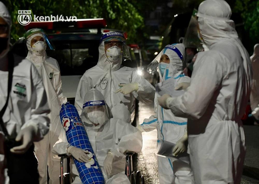 Ảnh: Hàng trăm lượt xe xuyên đêm đưa hơn 1.000 người rời Bệnh viện Việt Đức để giải toả và làm sạch BV - Ảnh 13.