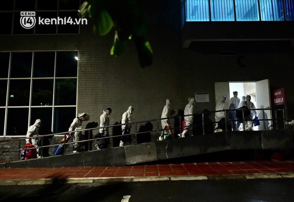 Ảnh: Hàng trăm lượt xe xuyên đêm đưa hơn 1.000 người rời Bệnh viện Việt Đức để giải toả và làm sạch BV - Ảnh 12.
