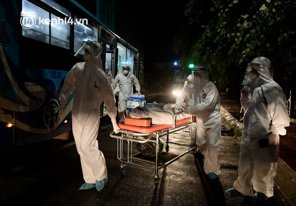 Ảnh: Hàng trăm lượt xe xuyên đêm đưa hơn 1.000 người rời Bệnh viện Việt Đức để giải toả và làm sạch BV - Ảnh 11.
