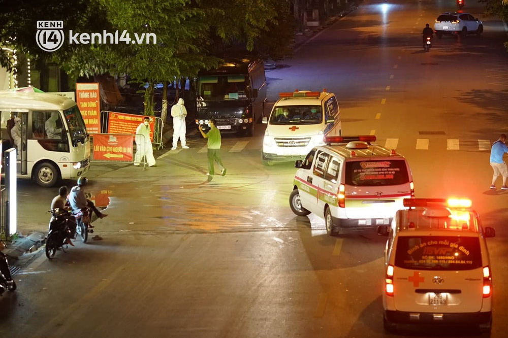 Ảnh: Hàng trăm lượt xe xuyên đêm đưa hơn 1.000 người rời Bệnh viện Việt Đức để giải toả và làm sạch BV - Ảnh 7.