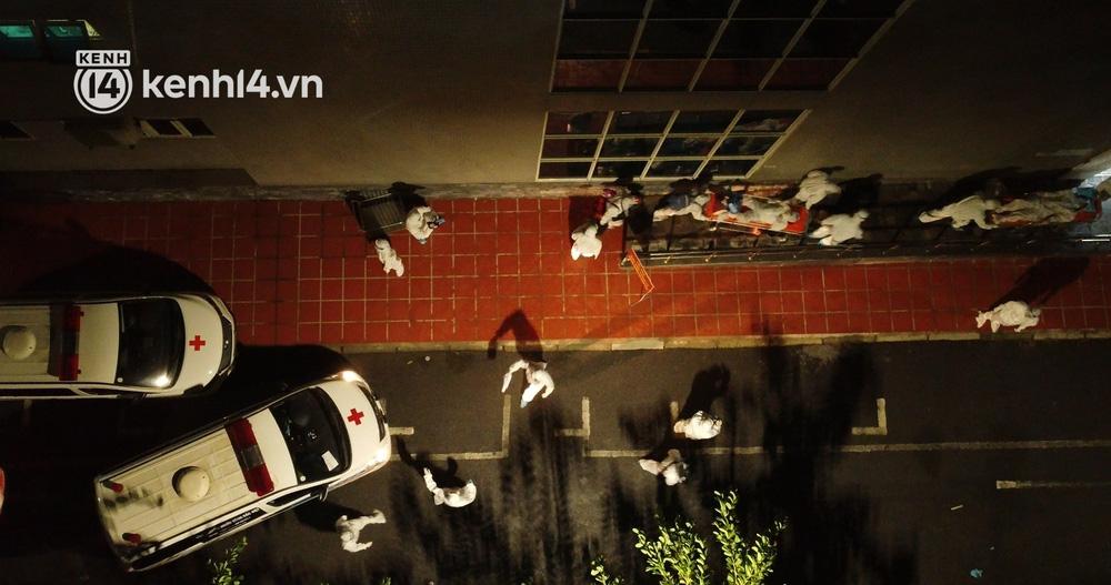 Ảnh: Hàng trăm lượt xe xuyên đêm đưa hơn 1.000 người rời Bệnh viện Việt Đức để giải toả và làm sạch BV - Ảnh 10.