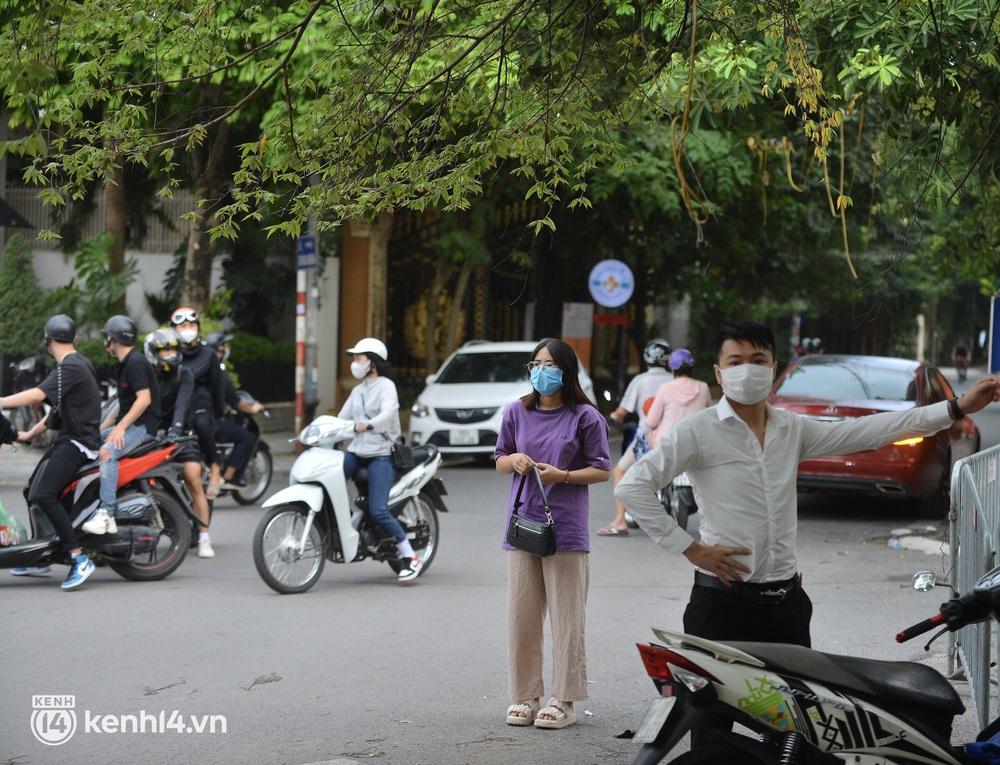 Hà Nội: Người dân lách qua hàng rào, đứng vái vọng ở Phủ Tây Hồ ngày mùng 1 - Ảnh 11.