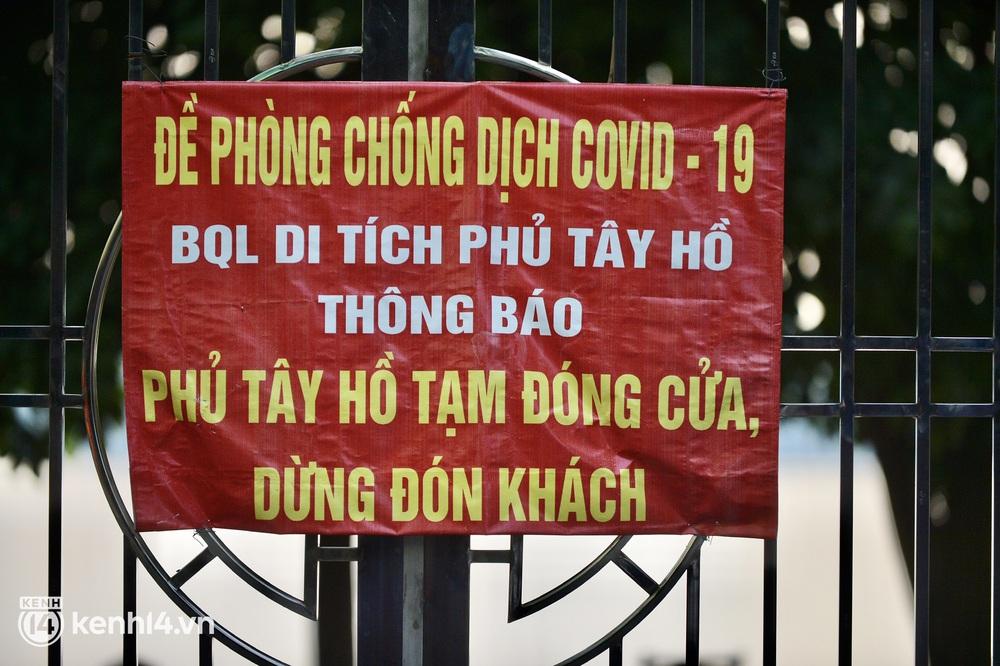 Hà Nội: Người dân lách qua hàng rào, đứng vái vọng ở Phủ Tây Hồ ngày mùng 1 - Ảnh 3.