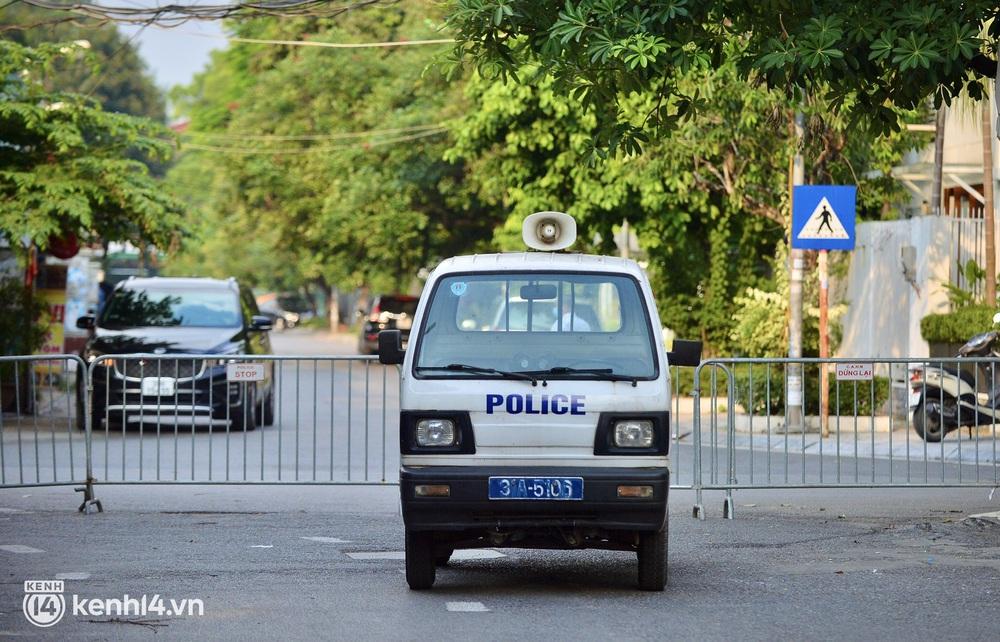 Hà Nội: Người dân lách qua hàng rào, đứng vái vọng ở Phủ Tây Hồ ngày mùng 1 - Ảnh 4.