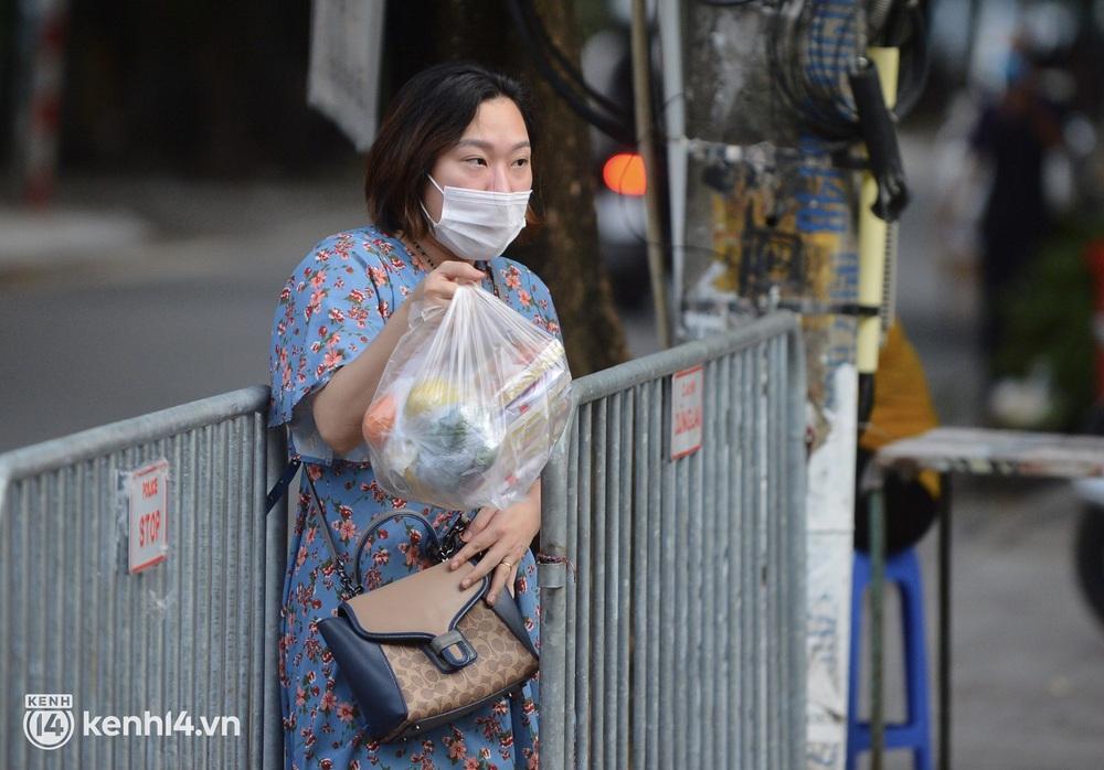 Hà Nội: Người dân lách qua hàng rào, đứng vái vọng ở Phủ Tây Hồ ngày mùng 1 - Ảnh 8.
