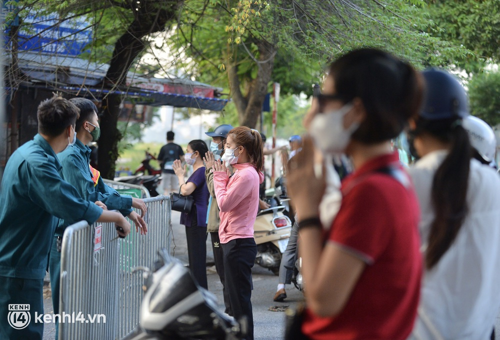 Hà Nội: Người dân lách qua hàng rào, đứng vái vọng ở Phủ Tây Hồ ngày mùng 1 - Ảnh 7.