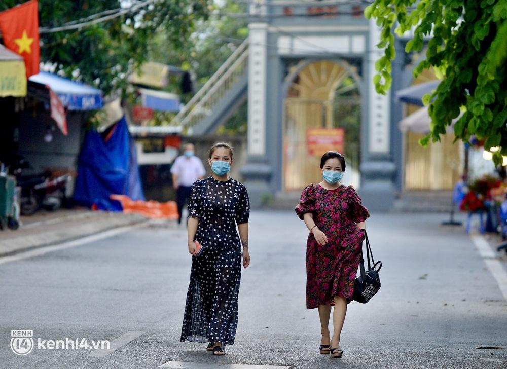Hà Nội: Người dân lách qua hàng rào, đứng vái vọng ở Phủ Tây Hồ ngày mùng 1 - Ảnh 2.