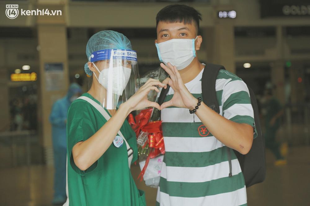 Cái ôm bịn rịn của cô gái trường Y phải lòng chàng trai Hutech ngày tạm biệt Sài Gòn trở về Hà Nội: Hết dịch mình sẽ gặp nhau - Ảnh 2.