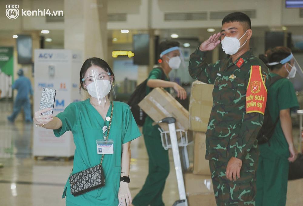 Cái ôm bịn rịn của cô gái trường Y phải lòng chàng trai Hutech ngày tạm biệt Sài Gòn trở về Hà Nội: Hết dịch mình sẽ gặp nhau - Ảnh 8.