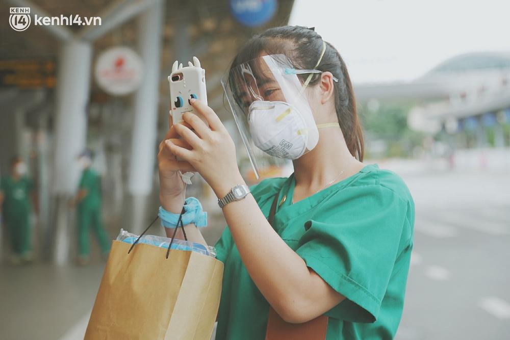 Cái ôm bịn rịn của cô gái trường Y phải lòng chàng trai Hutech ngày tạm biệt Sài Gòn trở về Hà Nội: Hết dịch mình sẽ gặp nhau - Ảnh 11.