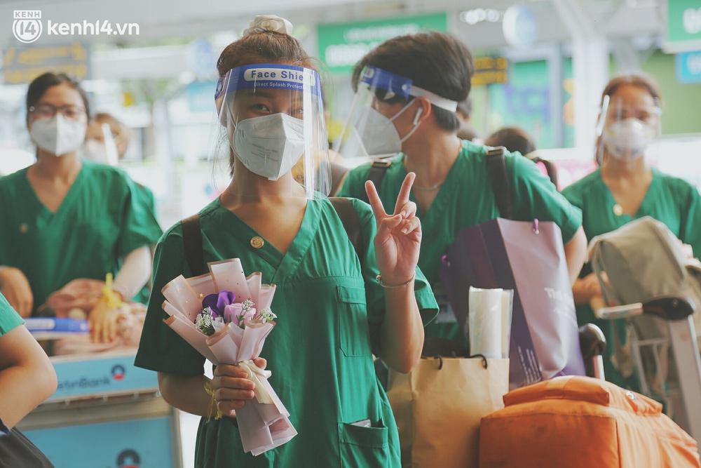 Cái ôm bịn rịn của cô gái trường Y phải lòng chàng trai Hutech ngày tạm biệt Sài Gòn trở về Hà Nội: Hết dịch mình sẽ gặp nhau - Ảnh 9.