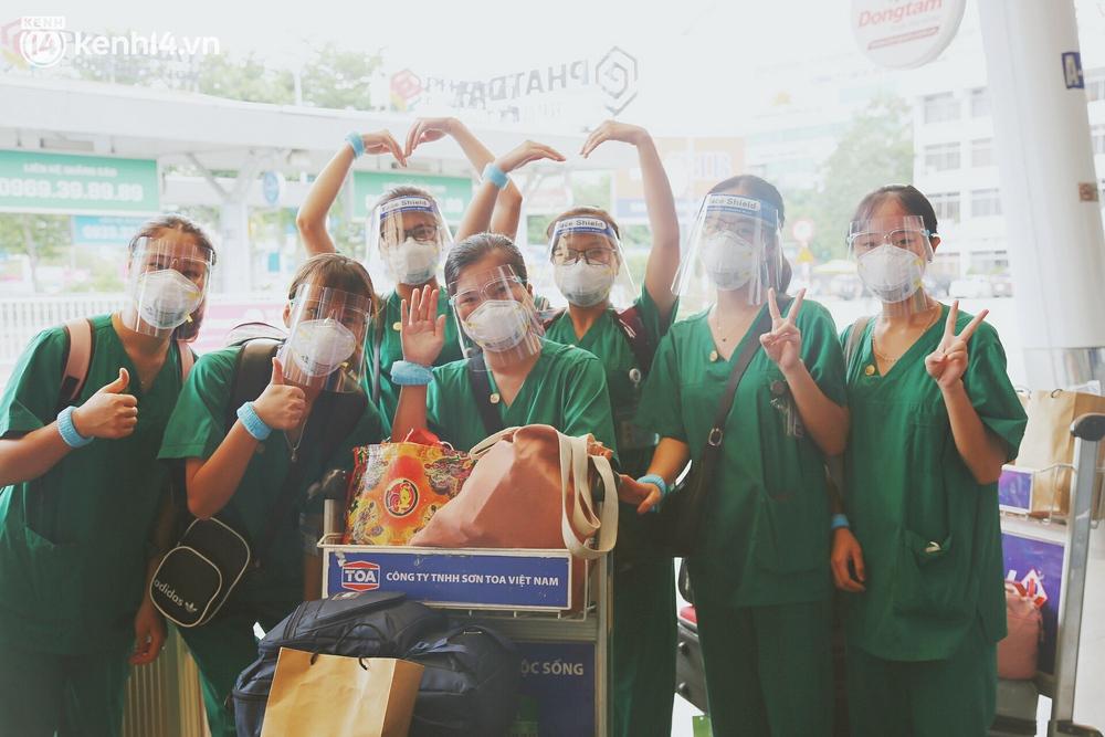 Cái ôm bịn rịn của cô gái trường Y phải lòng chàng trai Hutech ngày tạm biệt Sài Gòn trở về Hà Nội: Hết dịch mình sẽ gặp nhau - Ảnh 13.