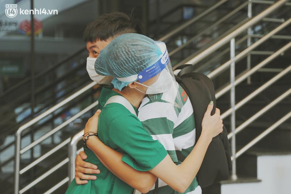 Cái ôm bịn rịn của cô gái trường Y phải lòng chàng trai Hutech ngày tạm biệt Sài Gòn trở về Hà Nội: Hết dịch mình sẽ gặp nhau - Ảnh 5.