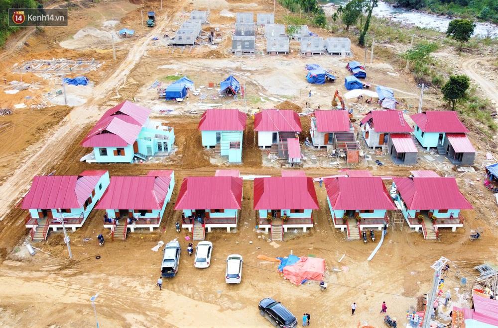 Người dân vùng sạt lở Trà Leng đón Tết ấm cúng trong những căn nhà mới - Ảnh 1.