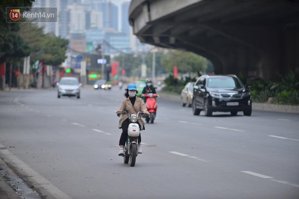 Hà Nội trong ngày làm việc đầu tiên của năm mới: Nhiều tuyến đường thông thoáng khác lạ, đường Nguyễn Trãi thất thủ - Ảnh 1.