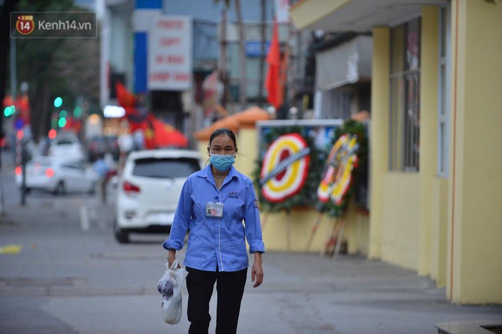Hà Nội trong ngày làm việc đầu tiên của năm mới: Nhiều tuyến đường thông thoáng khác lạ, đường Nguyễn Trãi thất thủ - Ảnh 3.
