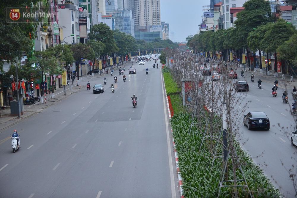 Hà Nội trong ngày làm việc đầu tiên của năm mới: Nhiều tuyến đường thông thoáng khác lạ, đường Nguyễn Trãi thất thủ - Ảnh 2.