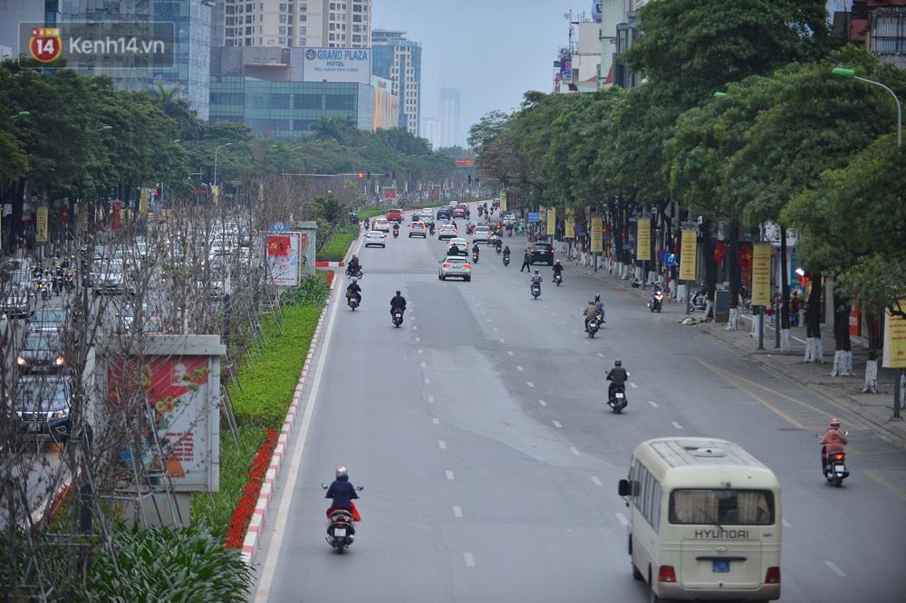 Hà Nội trong ngày làm việc đầu tiên của năm mới: Nhiều tuyến đường thông thoáng khác lạ, đường Nguyễn Trãi thất thủ - Ảnh 4.