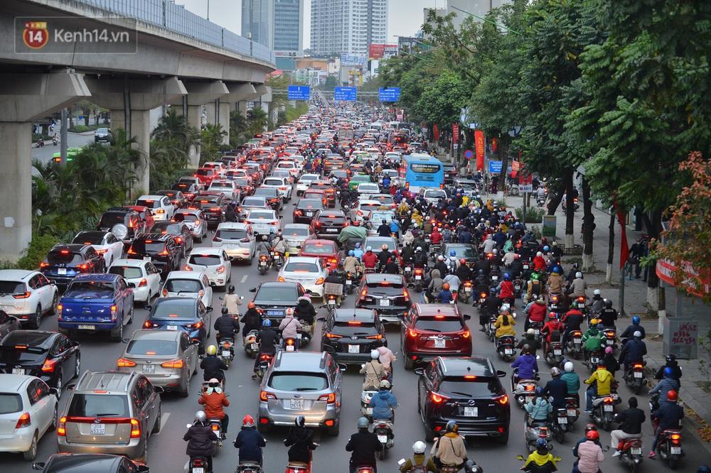Hà Nội trong ngày làm việc đầu tiên của năm mới: Nhiều tuyến đường thông thoáng khác lạ, đường Nguyễn Trãi thất thủ - Ảnh 9.
