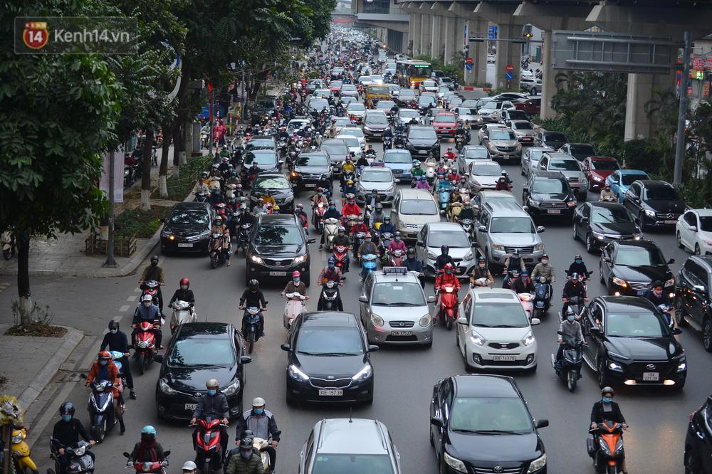 Hà Nội trong ngày làm việc đầu tiên của năm mới: Nhiều tuyến đường thông thoáng khác lạ, đường Nguyễn Trãi thất thủ - Ảnh 8.