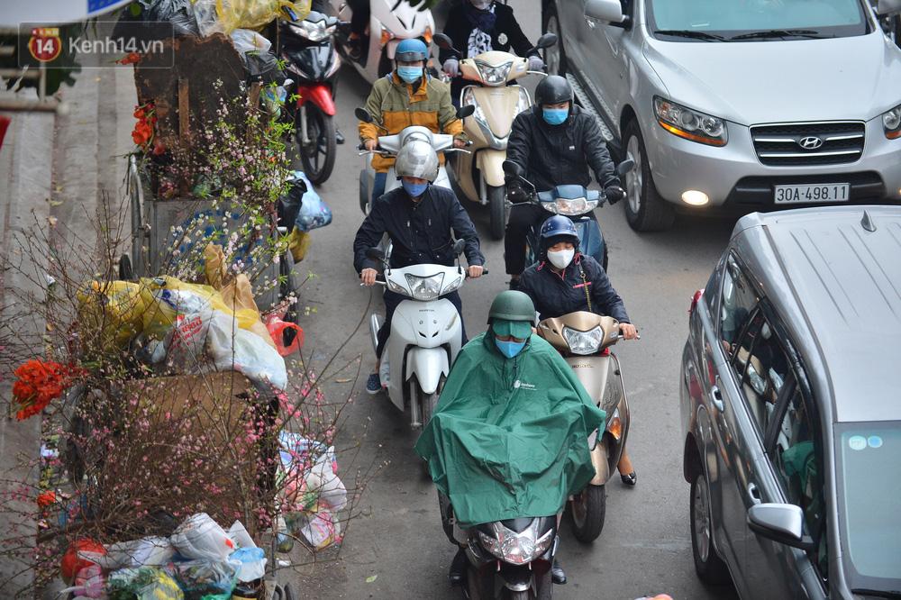 Hà Nội trong ngày làm việc đầu tiên của năm mới: Nhiều tuyến đường thông thoáng khác lạ, đường Nguyễn Trãi thất thủ - Ảnh 11.