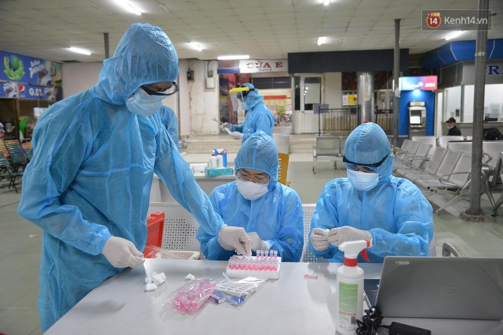 Ảnh: Hành khách đến TP.HCM từ 13 tỉnh có dịch xếp hàng lấy mẫu xét nghiệm tại bến xe Miền Đông - Ảnh 11.