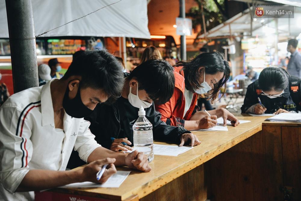 Ảnh: Hành khách đến TP.HCM từ 13 tỉnh có dịch xếp hàng lấy mẫu xét nghiệm tại bến xe Miền Đông - Ảnh 3.