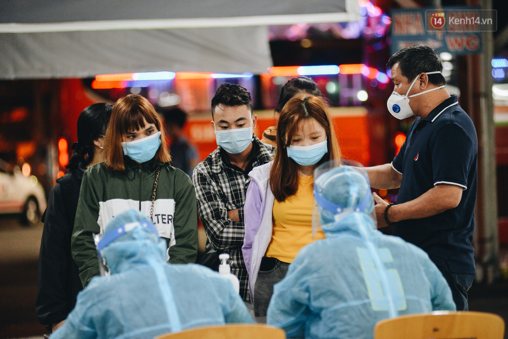 Ảnh: Hành khách đến TP.HCM từ 13 tỉnh có dịch xếp hàng lấy mẫu xét nghiệm tại bến xe Miền Đông - Ảnh 2.
