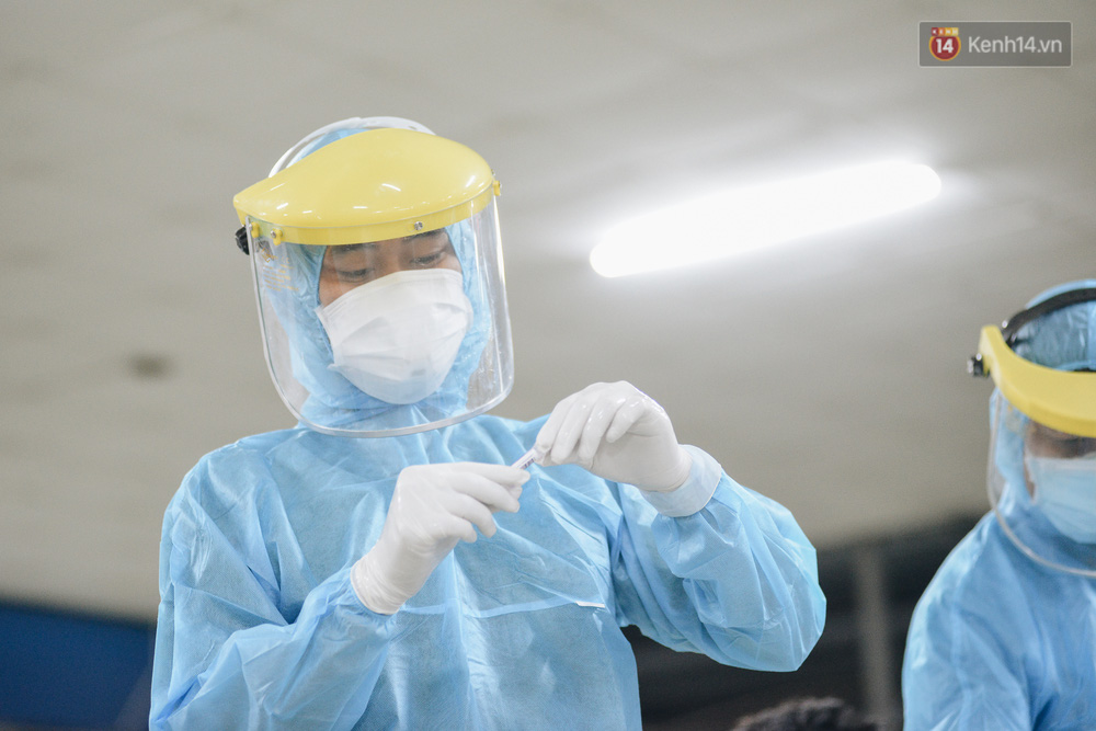 Ảnh: Hành khách đến TP.HCM từ 13 tỉnh có dịch xếp hàng lấy mẫu xét nghiệm tại bến xe Miền Đông - Ảnh 12.