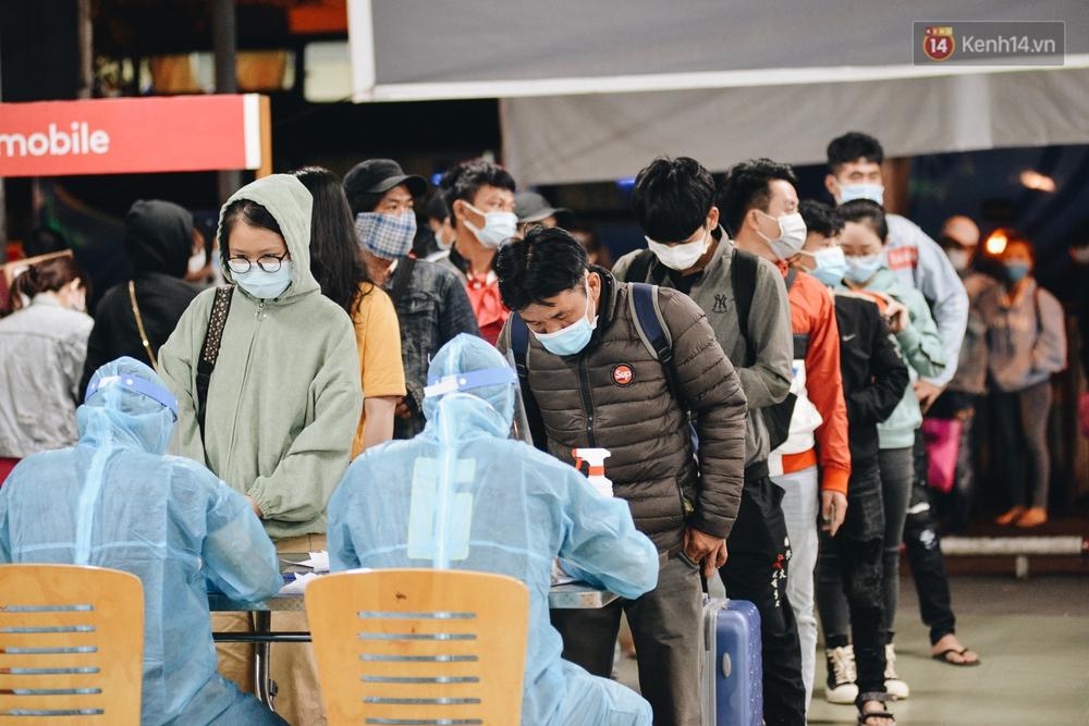 Ảnh: Hành khách đến TP.HCM từ 13 tỉnh có dịch xếp hàng lấy mẫu xét nghiệm tại bến xe Miền Đông - Ảnh 1.