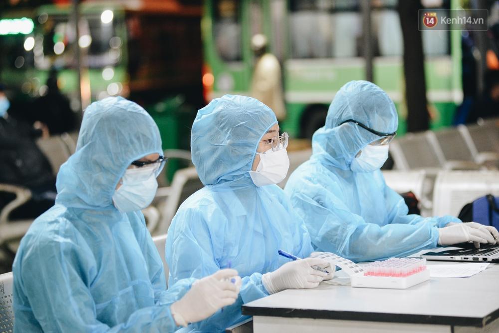 Ảnh: Hành khách đến TP.HCM từ 13 tỉnh có dịch xếp hàng lấy mẫu xét nghiệm tại bến xe Miền Đông - Ảnh 16.