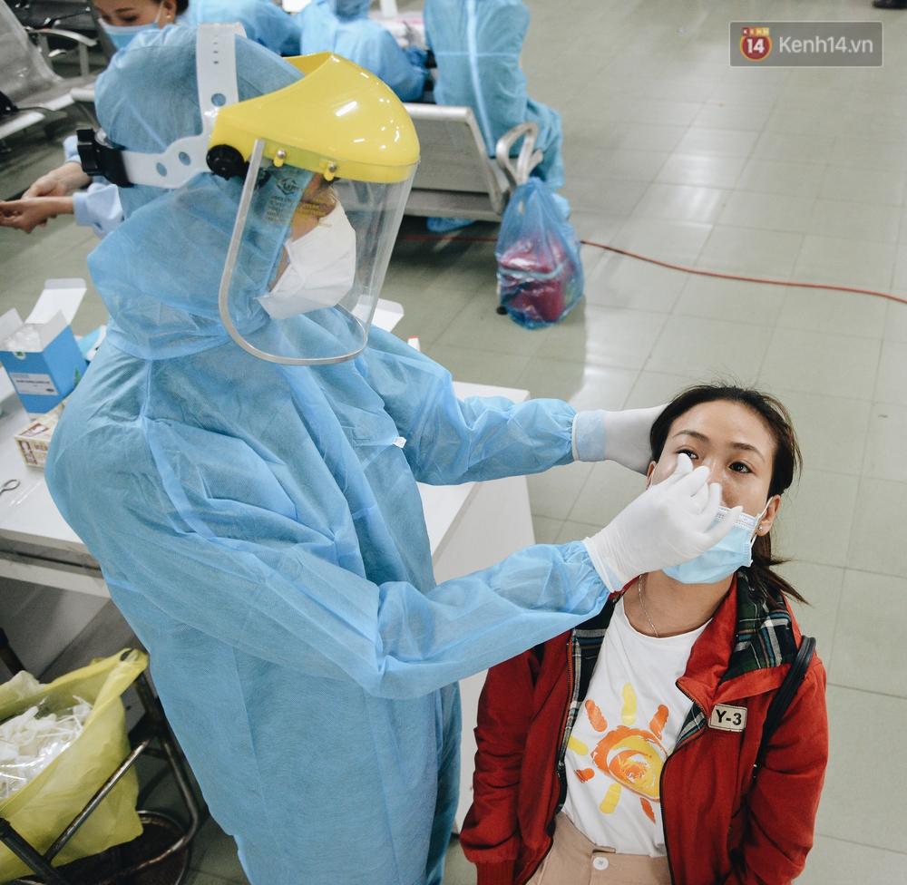 Ảnh: Hành khách đến TP.HCM từ 13 tỉnh có dịch xếp hàng lấy mẫu xét nghiệm tại bến xe Miền Đông - Ảnh 9.