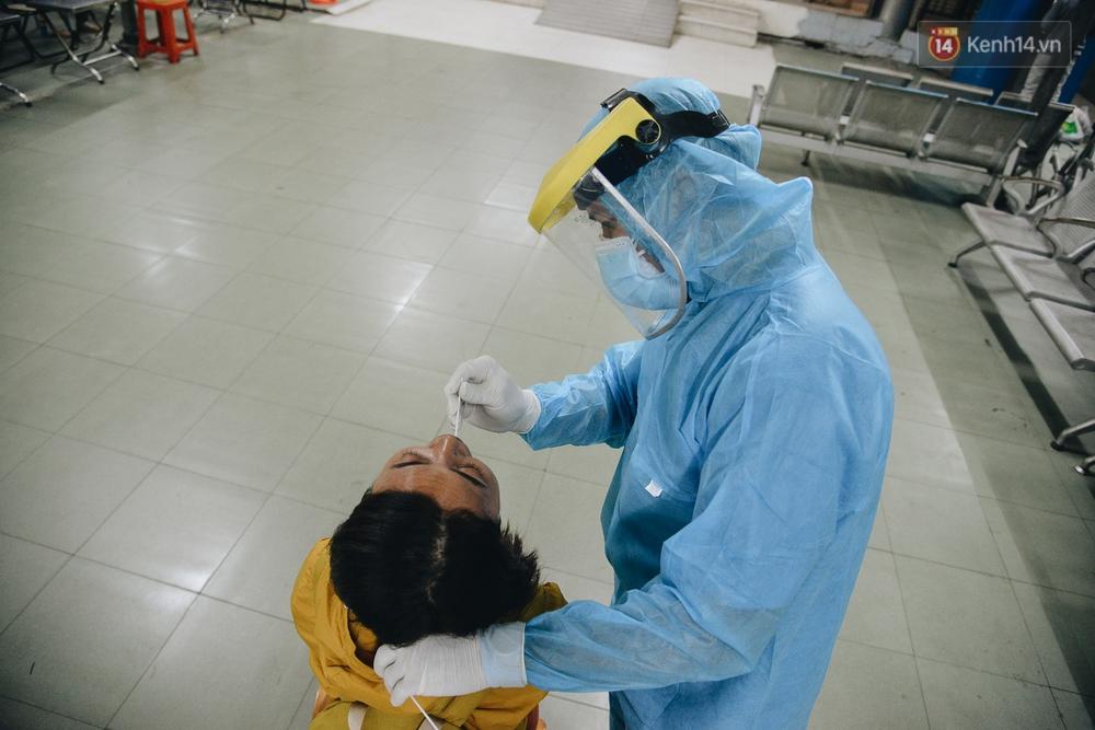 Ảnh: Hành khách đến TP.HCM từ 13 tỉnh có dịch xếp hàng lấy mẫu xét nghiệm tại bến xe Miền Đông - Ảnh 8.