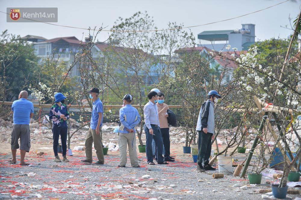 Ảnh: Hàng trăm người dân Hà Nội đổ xô đi mua hoa lê về chơi Rằm tháng Giêng - Ảnh 5.