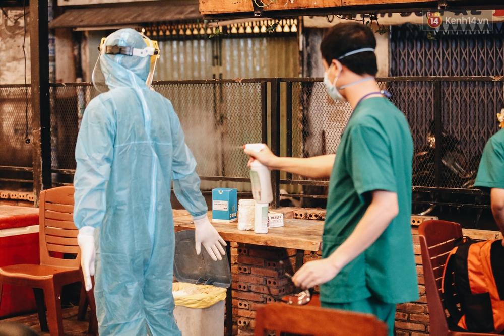 Đang nhậu ở Sài Gòn thì bất ngờ được lấy mẫu xét nghiệm Covid-19: Người thích thú, người lo lắng định bỏ về - Ảnh 16.